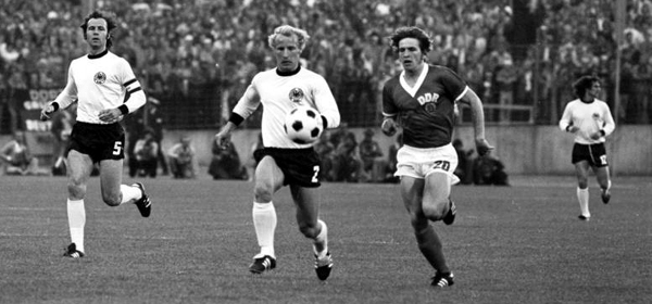 Ein historisches Duell: Die DDR traf am 22. Juni 1974 im Hamburger Volksparkstadion auf die BRD und gewann 1:0 (0:0). Foto: Rainer Mittelstädt, Deutsches Bundesarchiv